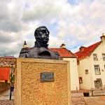 Streets of Culross, Fife, Scotland. A bust of Thomas Cochrane. — Stock Photo