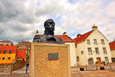 Streets of Culross, Fife, Scotland. A bust of Thomas Cochrane. — Foto de Stock