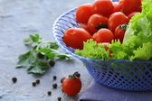 Tomates cerises et aux herbes dans un panier en osier — Photo