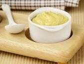 Francese salsa di senape in salsiera bianco — Foto Stock