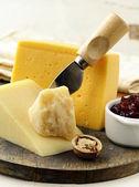 ナッツとジャムとチーズの盛り合わせ — ストック写真