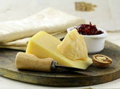 Cheese platter with nuts and jam — Stock Photo