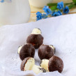 Beautiful cookies as mushrooms on table — Stock Photo