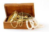 Tesoro pecho oro joyas, pulseras y perla — Foto de Stock