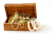 Treasure chest or bijoux, bracelets et perles — Photo