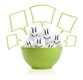 Felizes ovos pintados em uma tigela — Foto Stock
