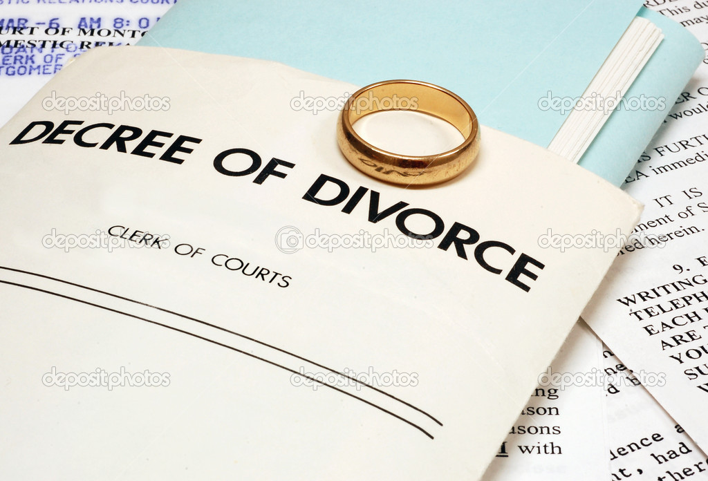 Divorce decree and wedding ring — Stock Photo #9377950