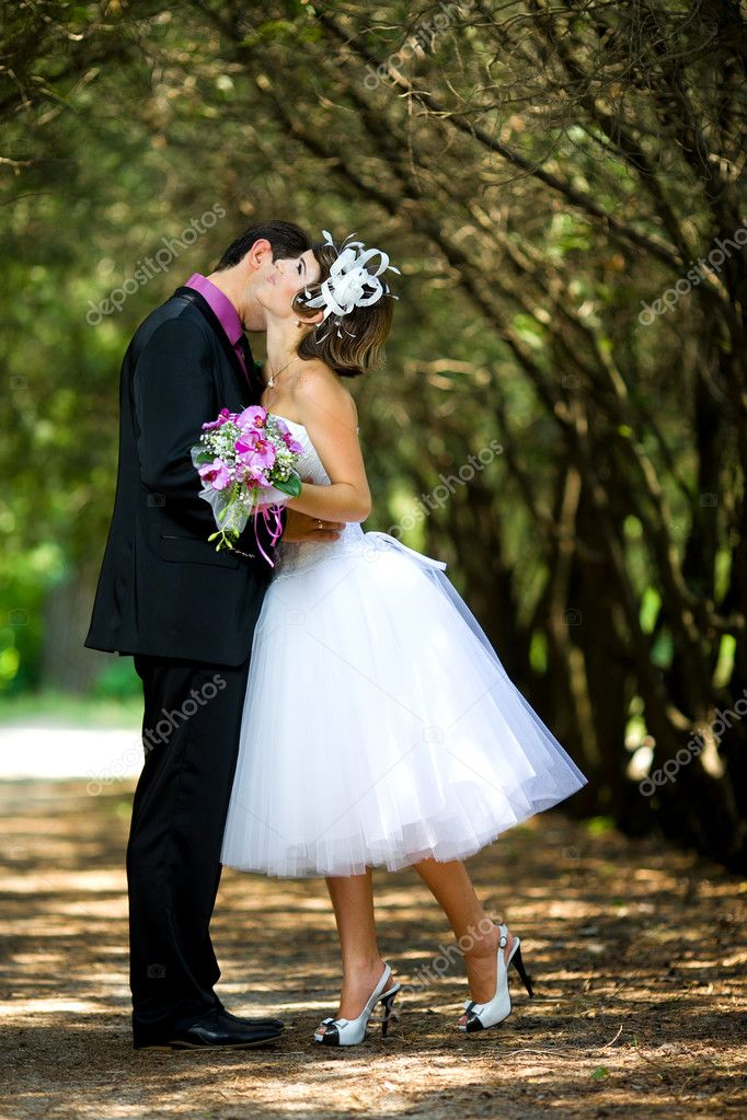 Bride and groom  in the park — Stock Photo #8871577