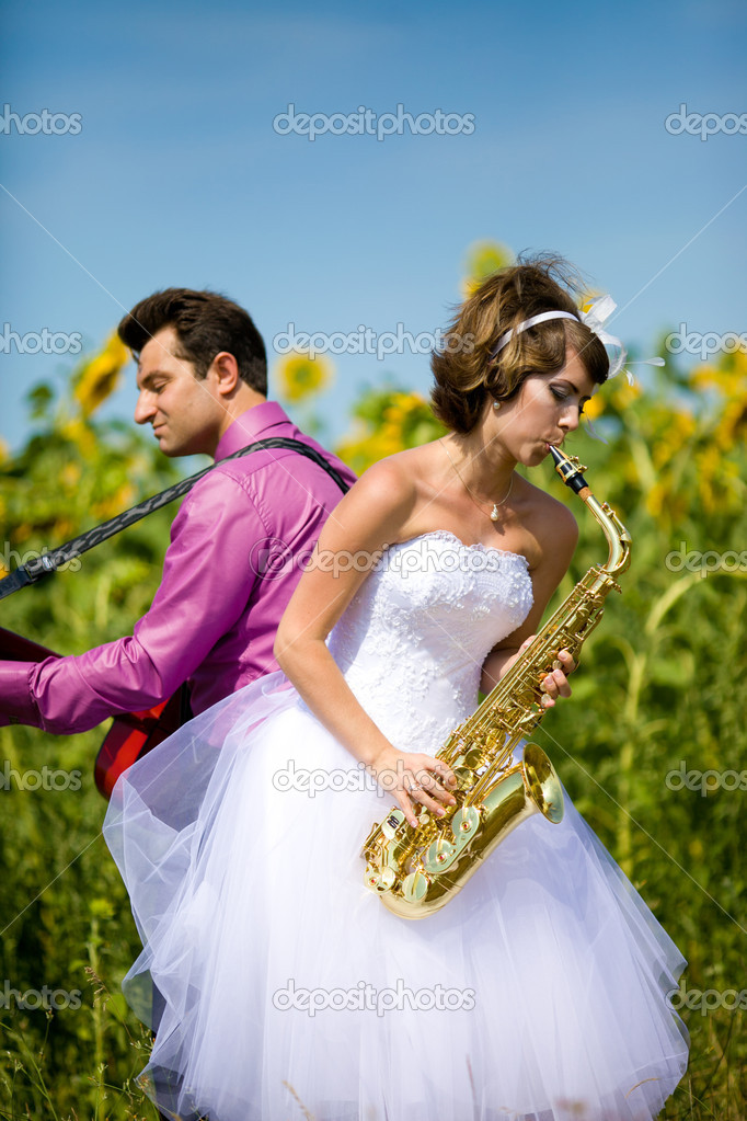 Portrait of bride and groom on sunflower field — Stock Photo #8871581