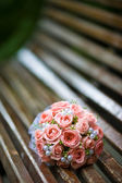 Bridal bouquet is on the bench — Stock Photo