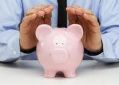 бизнесмен, защищая свои сбережения — Стоковое фото