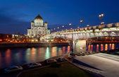 собор христа спасителя и патриарший мост — Стоковое фото