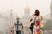 Tourists in a gas mask at the Red Square in Moscow — Stock Photo
