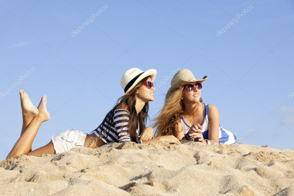 Girls laying in sand on summer vacation — Stock Photo #10167785