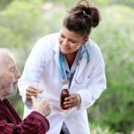 Senior man met de arts of verpleegkundige — Stockfoto