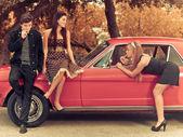 60 let nebo 50s styl obrazu mladí s autem — Stock fotografie