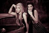 60s of jaren zestig meisjes met auto — Stockfoto