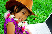 Kovboy şapkası giyen bir kız kameraya baktı — Stok fotoğraf