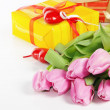 Pink tulips and gift box — Stock fotografie #9095372