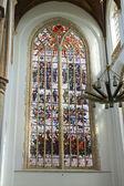 Glasmålningar i kyrkan. nederländerna, delft — Stockfoto