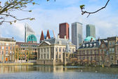 Binnenhof Palace - Dutch Parlamen against the backdrop of modern — Stock Photo