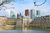 Binnenhof Palace - Dutch Parlamen against the backdrop of modern — Stock Photo