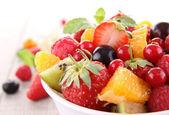 Na białym tle owoc sałatka — Zdjęcie stockowe