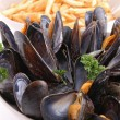 Mussel with wine sauce and chips — Stock Photo #8619110