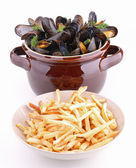 Isolated mussels and chips on white background — Stock Photo
