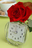Alarm o'clock and rose — Stock Photo