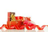 Vánoční dárky v červené boxy proti bílému pozadí — Stock fotografie