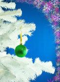 Bola verde pendurado na árvore de natal — Foto Stock