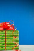 Julklapp mot blå bakgrund — Stockfoto