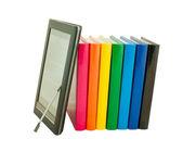 Pilha de livros coloridos e leitor de livro eletrônico — Fotografia Stock