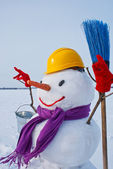 одинокий снеговик на снежное поле — Стоковое фото