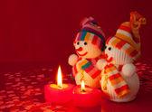 Dos muñecos de nieve con dos velas en forma de corazón ardiente — Foto de Stock