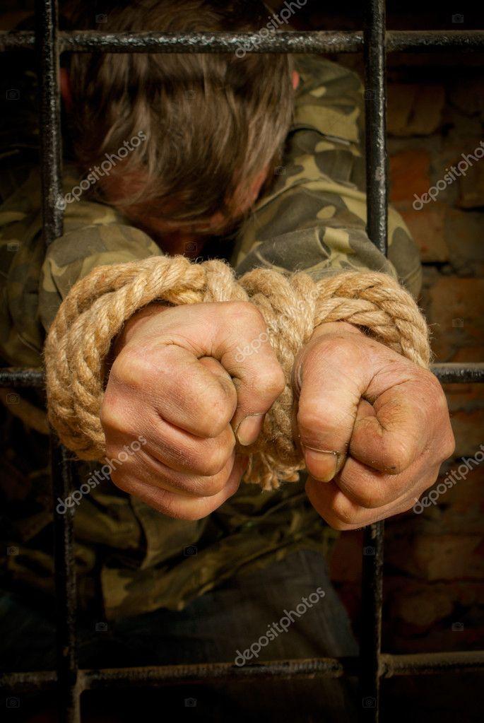 Связал пленнице руки