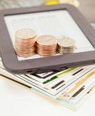 Lettore di libri elettronici con barre di monete — Foto Stock