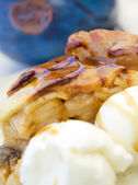 Apple pie with ice cream — Stock Photo