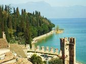 Town of Sirmione on Lake Garda background of mountain — Stock Photo