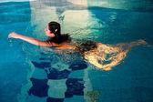 Chica atractiva en piscina — Foto de Stock
