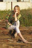 žena na průmyslové pozadí — Stock fotografie
