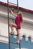 Jeune femme sur escalier — Photo