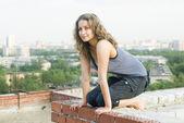 Kız çatıda — Stok fotoğraf