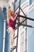 Mujer joven en la escalera — Foto de Stock