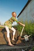 Ung kvinna på järnväg — Stockfoto