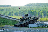 Tank T-80 shoots sideward — Stock Photo
