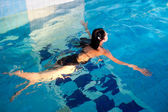 Attractive girl in swimming pool — Stockfoto