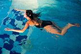 привлекательная девушка в бассейне — Стоковое фото