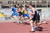 Garçons sur la course de 100 mètres — Photo